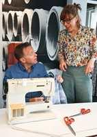 <b>PÅ BANEN:</b> Birgit Torkildsby syns det er viktig å være på banen når tekstiltrenden kommer for fullt. Her er hun sammen med Johnny Karlsen da Borge nylig arrangerte tekstildag for selgerne. (Foto: Mari Rosenberg/ifi.no)