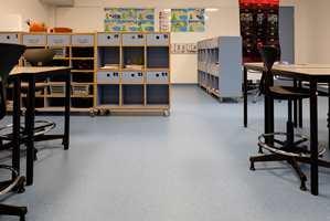 <b>KLASSEROM:</b> Fargene fortsetter inn i klasserommet. Ingen tvil om at her holder trinn 3 til. Rommet er jo lyseblått!
