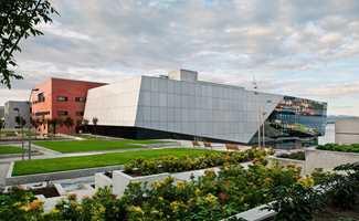 Konserthuset i to komplementære bygg med hver sin hovedsal - den bakenforliggende i en blanding av rødbetongpasta og granitt.
