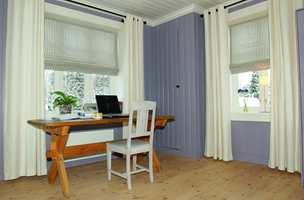 Rommet har blitt et hyggelig arbeidsrom. Det gamle slakterbordet har fått ny funksjon som pc-bord og stolen er malt. Sidegardinene gjør rommet lyst og elegant, mens liftgardinene gjør atmosfæren lunere og skjermer for forstyrrende motlys.