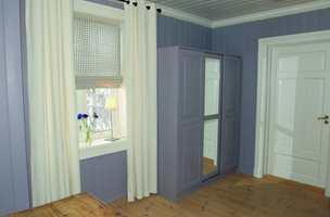 Med ny, lekker lilla farge på veggene passet ikke lenger det massive furuskapet inn, så det ble malt i samme farge som veggen, i en høyere glansgrad.