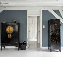 <b>KONTRAST:</b> Tak og omramminger er malt i fargen Silk White, som skaper en spennende kontrast til de mørkere veggene. Veggene i dette soverommet er malt i Licetto Blue Stone, mens gulvet er malt med Carazzo i Silk White.