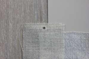 <B>BASIS:</B> Parkett, fargeprøve til vegg, lin til sofa og i grå/beige. Varme toner som er lette å like og lette å bruke. En fin basis som kan lives opp med kontraster. (Foto: Bjørg Owren/ifi.no)