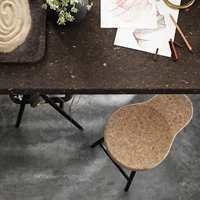 Samarbeidet mellom Ilse Crawfort og IKEA har ført til produkter i kork som er gode å kjenne på og gir en lun, hjemmekoselig følelse. På bildet: bordplate og krakk fra kolleksjonen «Sinnerlig».