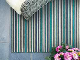 <b>FARGER:</b> Himmelblå striper spiller fint på lag med sommerblomster, og skaper livlig utekos. Teppe Nice, himmelblå fra InHouse.