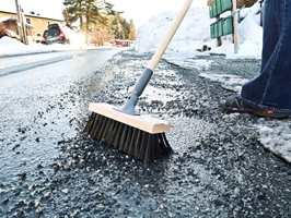 <b>START I DAG:</b> Løv, grus og smuss fjernes enkelt med en god gatekost. – Husk at det du fjerner i dag, aldri kommer tilbake, sier Morten Fehn hos Jordan.