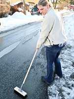 <b>VÅREN KOMMER:</b> Snøen forsvinner og grus og strøsand må bort. Derfor trenger vi en gatekost som hjelper våren frem.