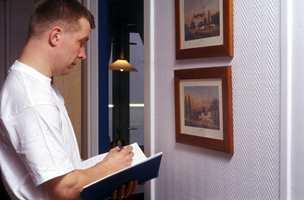Det kan være lurt å engasjere en håndverker til å se på boligen sammen med deg.