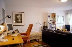 Slik så leiligheten ut før. Sengen var en del av stua.