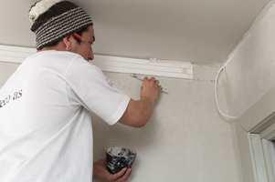 Legg gipsmasse i gapet mellom vegg/tak og list.