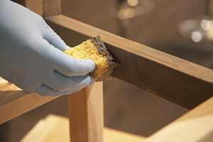 Beisen påføres i fiberretningen med en pensel eller svamp.