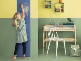 Tavlemaling er morsomt og praktisk for både store og små. Lag en ukesmeny på kjøkkenet, en kalender i entreen eller en tegnetavle på barnerommet. Og tavlen behøver ikke å være sort – du får nemlig tavlemaling i alle regnbuens farger!
