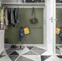 <b>KREATIVT</b> Tregulvet i gangen har mønster malt i fire, rolige farger og gir liv til rommet uten å skape støy. (Foto: Beckers)