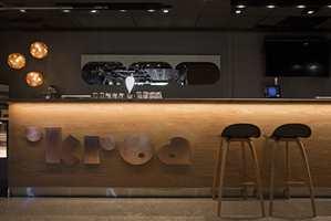 På studentkafeen Kroa på BI i Oslo er det brukt oljet eik og kobber for å få fram lunhet og glød i interiøret. Det er DIS Interiørarkitekter MNIL som står bak interiøret. Foto: Kjetil Gudem