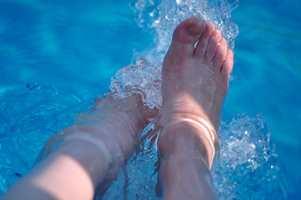 <b>FOTBAD:</b> Visste du at krystallsoda også kan brukes til fotbadet? Bruk en spiseskje krystallsoda i en 5-litersbalje med varmt vann. Hold føttene i vannet i tre minutter og dypp dem deretter kjapt i kaldt vann før du tørker.