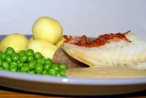 <b>LUTEFISK:</b> Akkurat nå spises tusenvis av porsjoner lutefisk over hele landet. Grunnen til at det smaker så godt er fordi fisken har badet i vann og kaustisk soda.