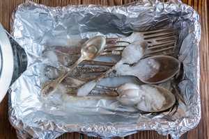<b>SØLVRENT.</b> Skal du rengjøre sølvtøyet til jul, er krystallsoda et godt alternativ. − Det gjør raskt og effektivt rent, sier Inger Løvaas hos Krefting.