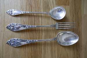 Spiseskje, teskje og gaffel av sølv som har stått lagret i mange år.