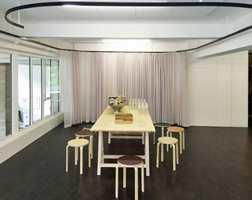 Gulvet i Aktivitetsrommet i Kunsternes hus har fått nytt linoleumbelegg – Marmoelum Real i den brunsorte fargen 3236 Dark Bistre.