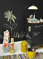 Hva med å male en hel vegg – og møbler – med tavlemaling? Da blir det garantert mye flott kunst. Tavlemaling fra Beckers.