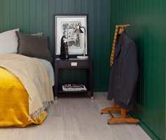 Med myke tekstiler, kvistfritt panel, en robust plankeparkett og en skjønn, grønn veggfarge fikk vi et moderne soverom til en urban, stilbevisst herre.