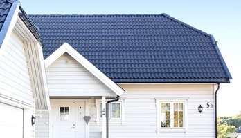 Taket på huset har stor estetisk gjennomslagskraft. Hvis du maler fasaden, men lar den gamle taksteinen være, kan hele inntrykket av velstelt hus forringes.