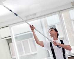 Taket i stuen kan være en vrien maleoppgave. Her kan det være smart å la fagfolk fikse perfekt finish!