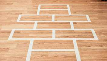 Her viser vi hvordan du enkelt kan lage paradis på gulvet på barnerommet. Alt du trenger er en rull maskeringsteip!