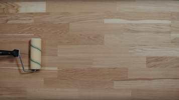 Lakk kan være redningen det gamle gulvet ditt trenger. I denne videoen kan du se hvor enkelt det er å få et nylakkert gulv.