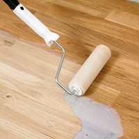 Det anbefales gjerne to strøk lakk. Da går det lang tid før du må lakkere på nytt. Foto: TreStjerner