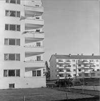Drabantbyene begynte i liten skala. Den første på Lambertseter har forholdsvis lave blokker. For folk som kom fra indre by var det et helt nytt liv å få veranda og bad og frisk luft.