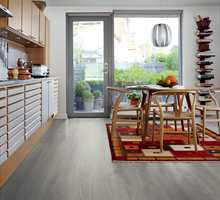 <b>LAMINAT:</b> Nordmenns favoritt er laminat, og med vannbestandige egenskaper er det ideelt på kjøkkenet. Her er Pergo Sensation Wide Long Plank.