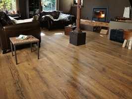 Denne varianten kommer som ekstra lange og brede bord, som gir en følelse av eksklusivitet. Designet heter Heritage Rustik Oak, fra Tarkett.