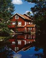 Vi har lang tradisjon for røde hus her i landet. Og den «rødmalte stuen» har en egen plass i bevisstheten vår. Et rødt hus med hvite vinduer gir mange assosiasjoner til «det gode liv».