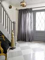 Den grå lingardinen har en dobbelfunksjon - som myk, luftig gardin på dagen og forheng som hindrer innsyn om kvelden.