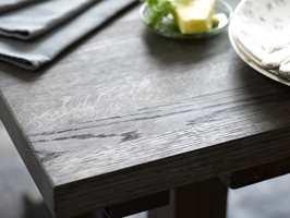 Bordet er påført sort interiørbeis for å få det sofistikerte uttrykket.