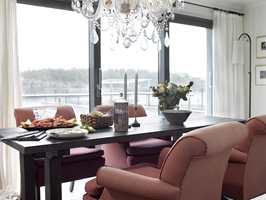 Uansett vær må det være en ren og skjær nytelse å innta måltidene her. Store terrassedører skyves vekk og åpner rommet mot terrassen og sjøen.