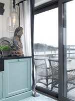 Hos Ellen er det vindu fra gulv til tak uten innsyn fra gjenboere, men gardiner er nødvendig for kos og varme.