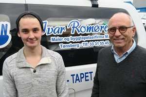 <b>LÆRER AV DE BESTE:</b> Michael Stark er lærling hos Maler- og Byggtapetserfirmaet Ivar Romøren AS. Malermester Finn Åge Romøren er stolt av 21-åringen.