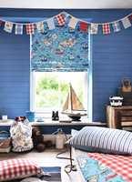 <b>LAV HØYDE</b> Den enkle hyllen under vinduet gir plass til saker og ting, som barna selv kan holde orden på. (Foto: INTAG)