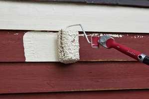 LEGG PÅ MED RULL: Med rull er det enklere å påføre rikelig med maling. Etterpå jevnes den ut med pensel.