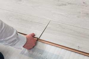 <b>FORDELER:</b> Det er mange fordeler med å legge gulv i de varme sommermånedene.