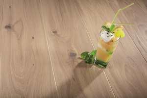 <b>LEVENDE:</b> Tre er et levende materiale, som krymper og sveller. Legger du gulvet om sommeren, vil treverket få tid til å tilpasse seg. Dette gulvet er SAGA Elegant Limestone Oak fra Farveringen/SAGA Parkett.