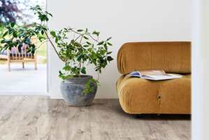 <b>PRAKTISK:</b> Om sommeren har vi gjerne bedre tid og bedre råd, samtidig som været også er ideelt for å flytte møbler ut på terrassen, og du får godt arbeidslys gjennom dagen. Her er Laminat Sensation Modern Plank fra Pergo.