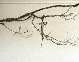 En gren fra skogen fungerer fint som dekor.