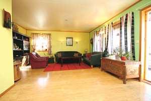 Fargevalget i stuen tilhørte en annen tid, og det markerte listverket stykket opp rommet. Veggfargene gjorde også at gulvet virket gulere enn det var.