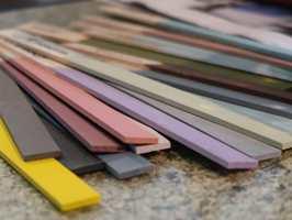 <b>FARGERIKT:</b> Kundene på Hønefoss velger mer farger hjemme. Nå er det ikke langer bare grått, forteller butikksjefen.