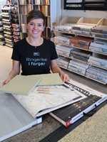 <b>LEK I BUTIKK:</b> Ta i bruk alle fargeprøver, teppeprøver og tapetprøver i butikken. Så skal du se at du finner kombinasjoner du ikke hadde tenkt på før. Vi er her for å hjelpe deg, sier fargekonsulent Trude Iren Bergheim.
