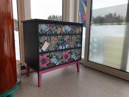 <b>MØBELTAPET:</b> Hos Maleriet på Hønefoss kan du også få kjøpt unike møbler. − Vi pusser opp gamle møbler med tapet og maling, forteller Trude Iren Bergheim.