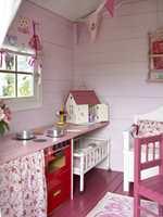 Kjøkkenbenken er en hobbyplate som ble malt rosa, og